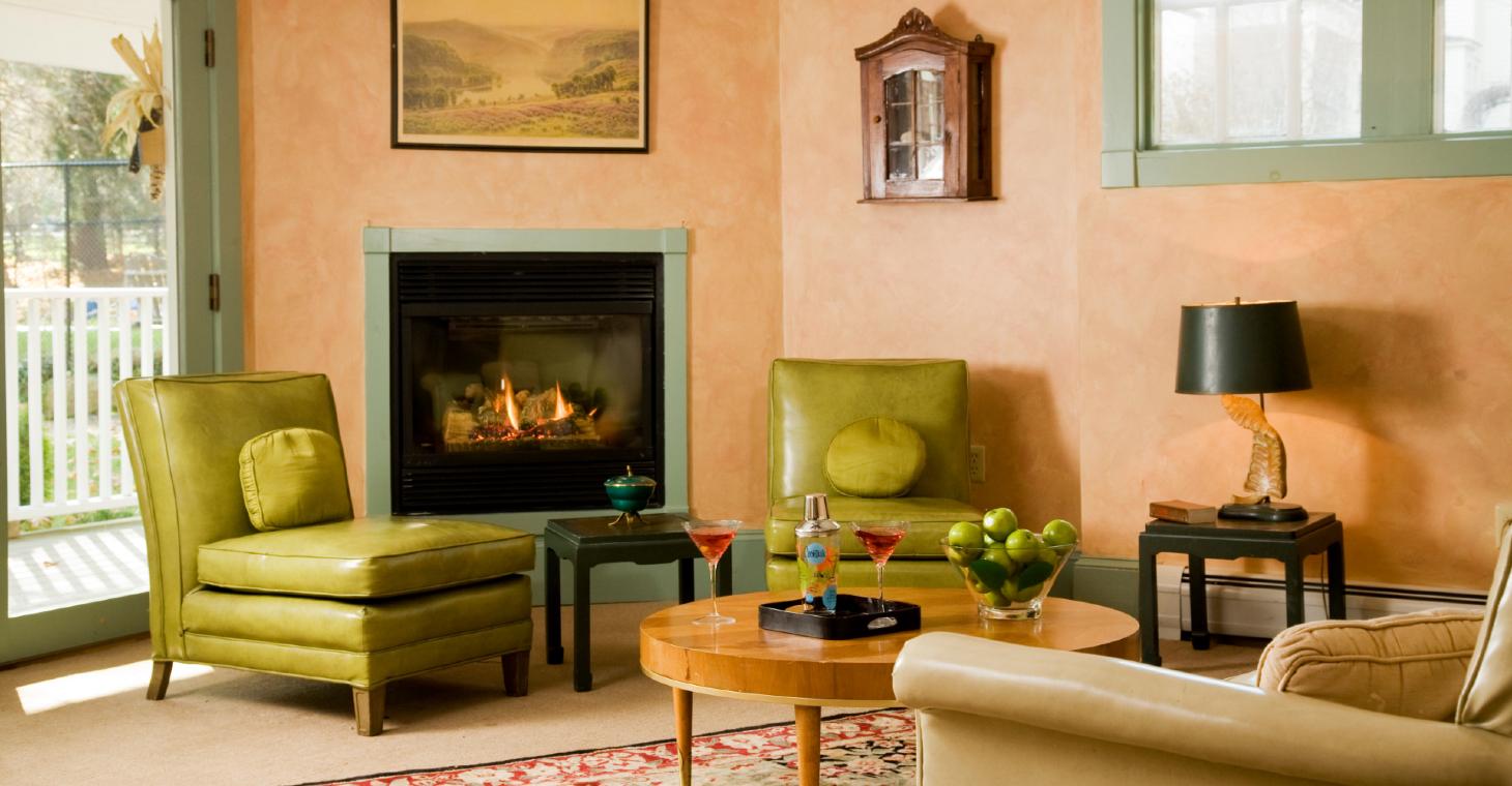 comfortable common room at Hampton Terrace Inn